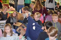 Bild: Corinne Richert Die Kinder beim Auspacken der Geschenke