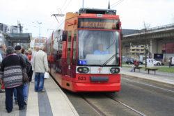 Pünktlich fuhr die Straßenbahn an der Haltestellte ein.