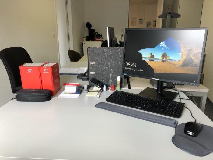Arbeitsplatz mit PC und DVP's
